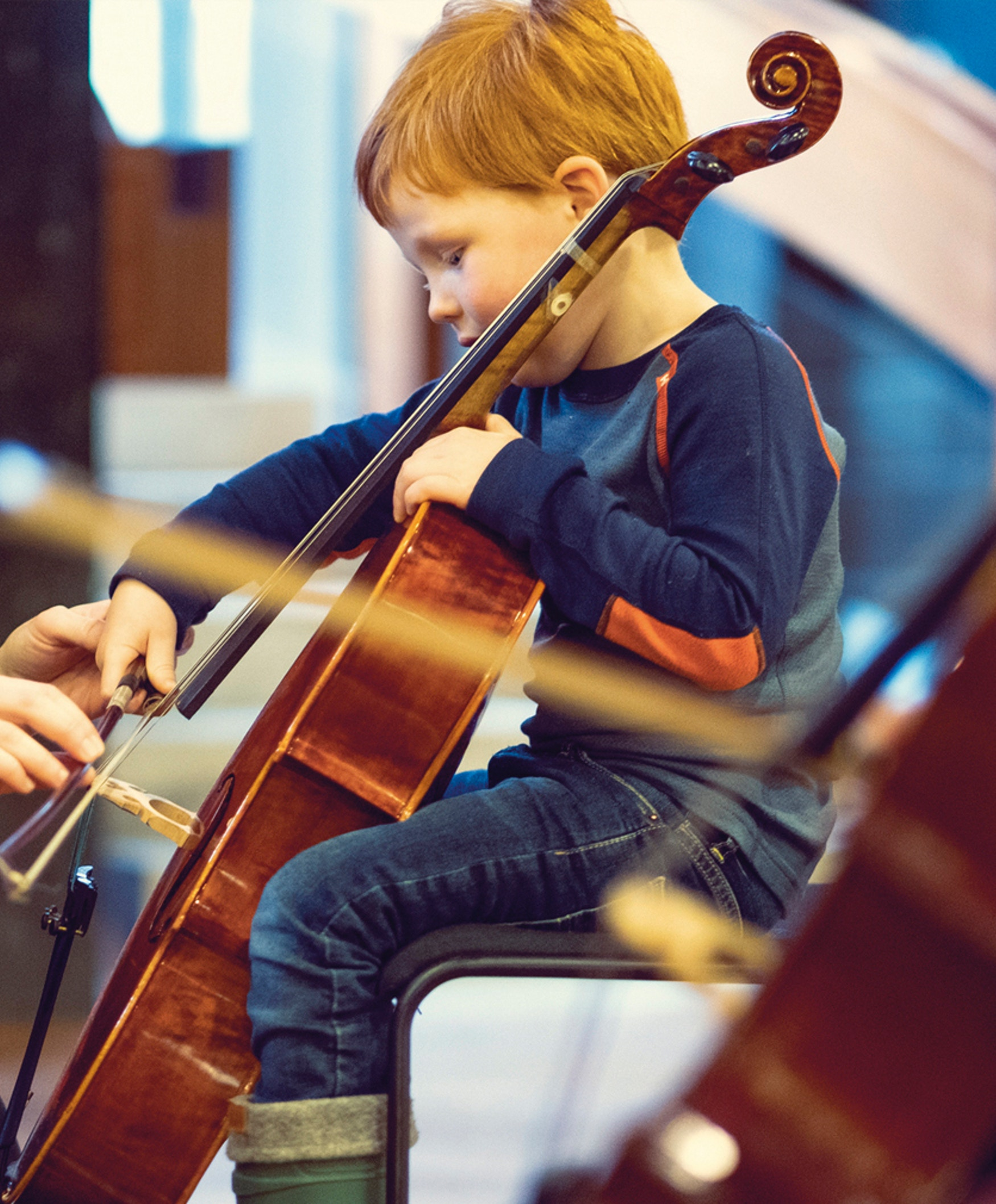 Barn prøver en cello