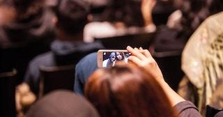 Noen tar selfie på konsert