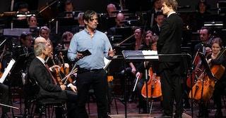 Bilde fra skolekonsert med konferansier Håvard Tjora